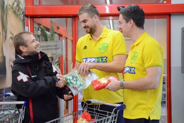 Frankó Attilának egyesületünk képviseletében Buday Dániel és Koi Endre adták át az adományt (Fotó: Vági Kata - Oros